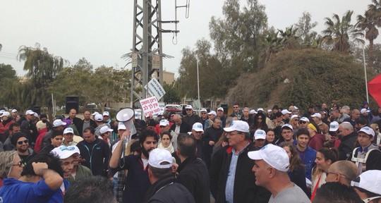 עובדים ממפעלים בדרום חוסמים את הכניסה לערד (צילום: דוברות ההסתדרות)