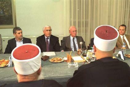 יצחק רבין עם משה שחל  בפגישה עם ראשי רשויות דרוזים (אבי אוחיון / לעמ)