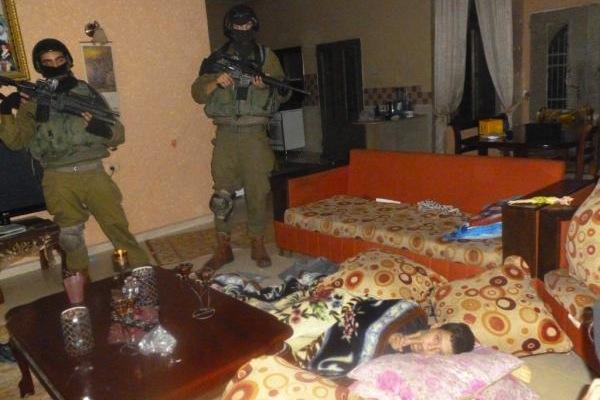 פשיטה לילית על בית בכפר נבי סאלח (Tamimi Press)