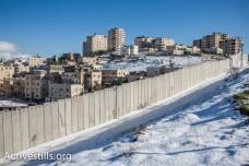 שלג על חומת ההפרדה ליד שועפט (יותם רונן / אקטיבסטילס)