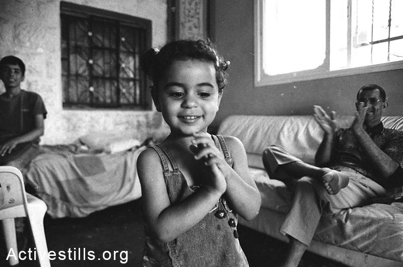 ביקור בית בכפר בלעין, הגדה המערבית, 2005. קרן מנור / אקטיבסטילס