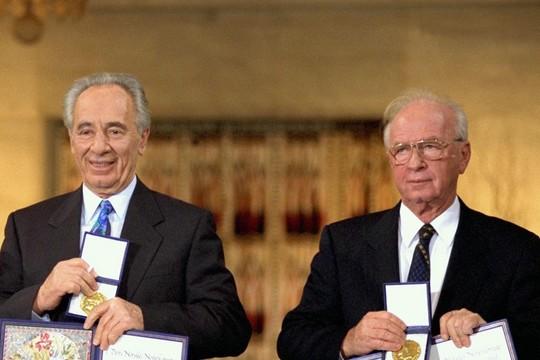 יצחק רבין ושמעון פרס בקבלת פרס נובל לשלום (סער יעקב, לעמ CC BY-SA 3.0)