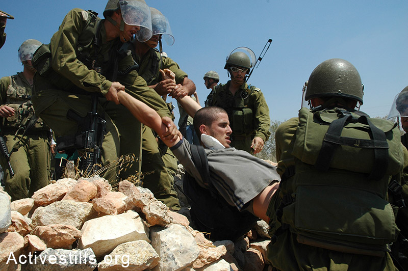 בן רונן נעצר במהלך הפגנה נגד בניית החומה, הגדה המערבית, 2005. יותם רונן / אקטיבסטילס