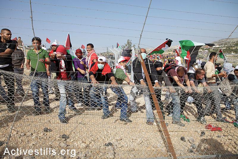 מפגינים מצליחים לפרק חלק מהגדר, בילעין, הגדה המערבית, 2010. אן פאק / אקטיבסטילס