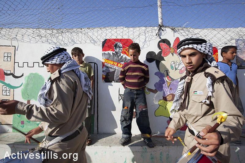 נערים צועדים בהלווית באסם אבו-רחמה, בילעין, הגדה המערבית, 2009. שחף פולאקו / אקטיבסטילס