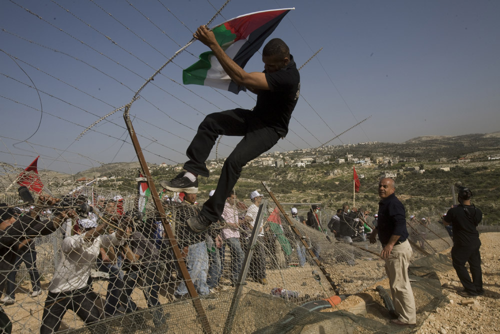 הפגנה לציון חמש שנים למאבק בבלעין. במהלך ההפגנה פירקו מפגינים חלק מגדר ההפרדה (אורן זיו / אקטיבסטילס)