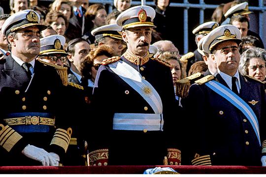 הגנרל חורחה רפאל וידלה במצעד צבאי בבואנוס-איירס, 1978. מקור:http://www.casarosada.gov.ar/nuestro-pais/galeria-de-presidentes