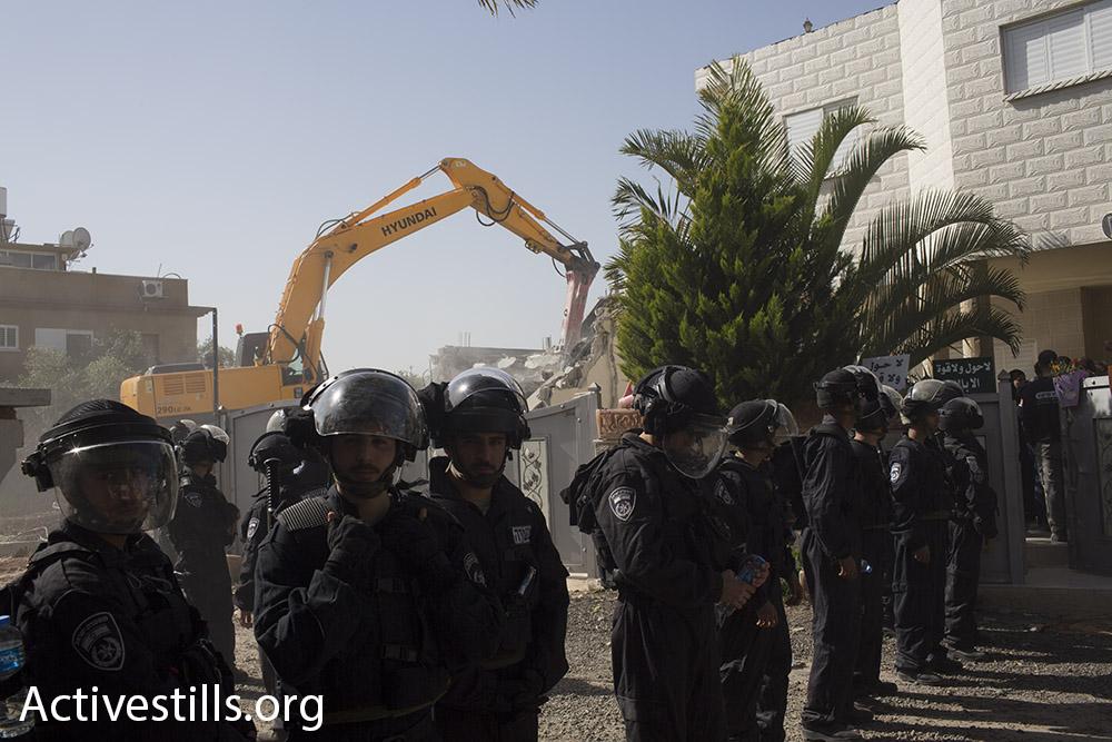 שוטרים מאבטחים את הריסת בית משפחת אל-נאקיב, לוד (אורן זיו / אקטיבסטילס)