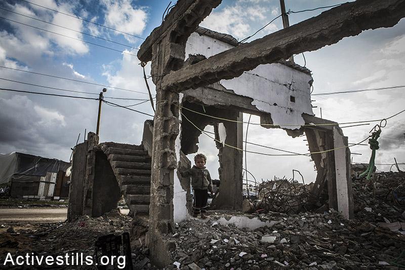 אחד מילדי המשפחה בין ההריסות, בית משפחת שאבארי, בית חנון, רצועת עזה, 18 פברואר, 2015. אקטיבסטילס
