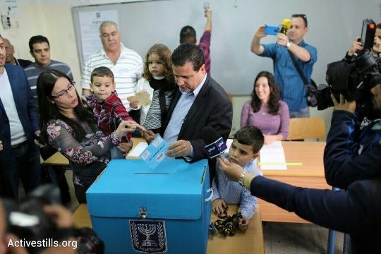 איימן עודה מצביע בקלפי בחיפה (אכרם דראוושי / אקטיבסטילס)