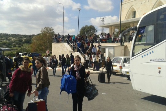סטודנטים באוניברסיטת ג'נין עולים לאוטובוסים כדי להצביע בישראל (צילום: הרשימה המשותפת)