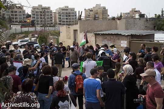 המפגינים מול בית משפחת שמאסנה בשייח ג'ראח במהלך צעדהה נגד פינוי משפחות מבתיהן בירושלים המזרחית (מרייקה לאוקן וקרן מנור/אקטיבסטילס)