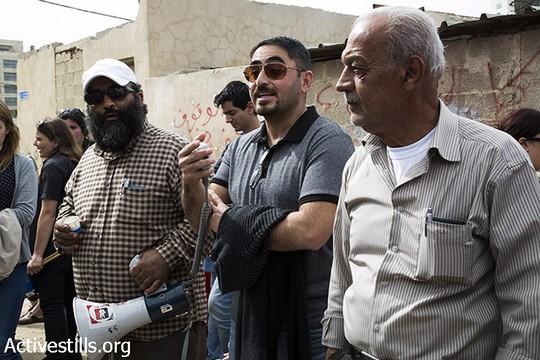 אחמד סוב לבן נואם מול בית משפחת שמאסנה בשייח ג'ראח במהלך צעדהה נגד פינוי משפחות מבתיהן בירושלים המזרחית (מרייקה לאוקן וקרן מנור/אקטיבסטילס)ד סוב לבן