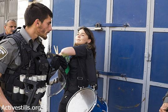 """שוטר מג""""ב מנסה להחרים תוף מאחת המפגינות (מרייקה לאוקן וקרן מנור/אקטיבסטילס)"""