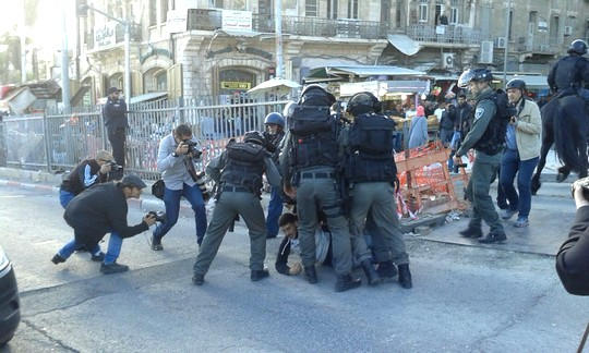 שוטרים עוצרים מפגין בהפגנת יום האדמה בשער שכם בירושלים המזרחית (צילום: אורלי נוי)