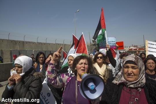 יום האשה 2015. כאלף מפגינות הפגינו בצד הפלסטיני של מחסום קלנדיה נגד הכיבוש, ארגוני נשים ישראליות הפגינו מהצד השני (אן פאק/אקטיבסטילס)