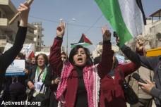 יום האשה 2015. כאלף נשים הפגינו בצד הפלסטיני של מחסום קלנדיה נגד הכיבוש (אן פאק/אקטיבסטילס)
