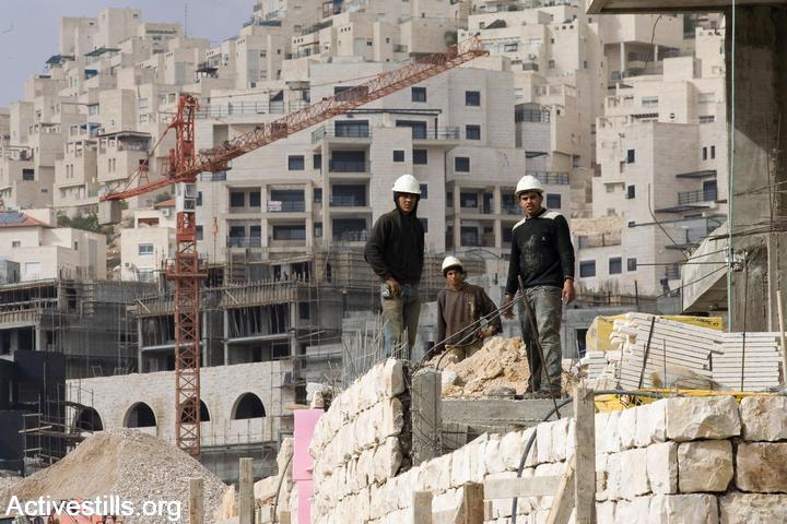 פועלי בניין פלסטינים בהתנחלות הר חומה, מזרח ירושלים (יותם רונן / אקטיבסטילס)
