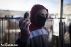 צעיר מציג כדור שחור שנורה לעבר מפגינים בשכונת שועפט. נובמבר 2014 (אורן זיו/אקטיבסטילס)