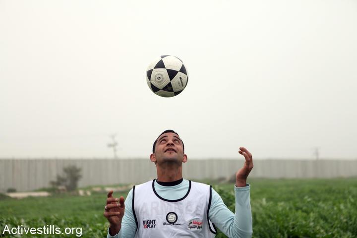 כדורגל בעזה: משחקים ליד החומה במחאה על הגבלות התנועה שישראל הטילה באזור הגבול (אן פאק / אקטיבסטילס)