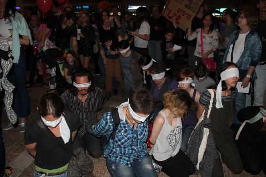 """מיצג """"כפותים"""" בשולי העצרת בכיכר רבין. מחאה נגד המשטר הצבאי בשטחים"""