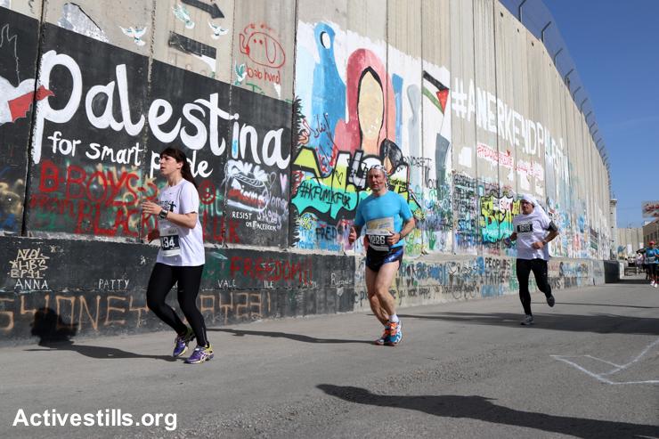 רצים ליד חומת ההפרדה, מרתון בית לחם (אחמד אל-באז / אקטיבסטילס)