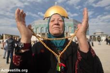 אישה פלסטינית בתפילת יום שישי (פאיז אבו-רמלה / אקטיבסטילס)