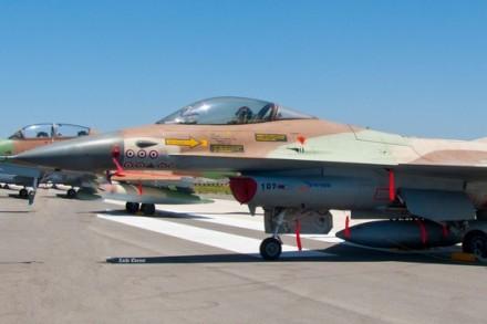 מטוס אף-16 של חיל האוויר שהשתתף בהפצצת הכור הגרעיני בעיראק (צחי אבנור ואביר המתמטיקה CC BY 3.0)