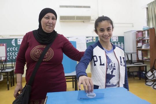 ראיסה איברהים ובתה. מצביעות ביפו (אורן זיו/אקטיבטסילס)