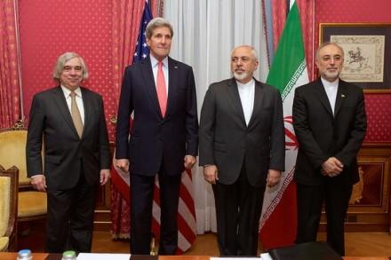שר החוץ האיראני זריף, לצד שר החוץ האמריקאי קרי, סגן הנשיא האיראני וראש הסוכנות האיראנית לאנרגיה אטומית, עלי סאלחי ומזכיר האנרגיה האמריקאי מוניץ במהלך שיחות הגרעין בלוזאן.