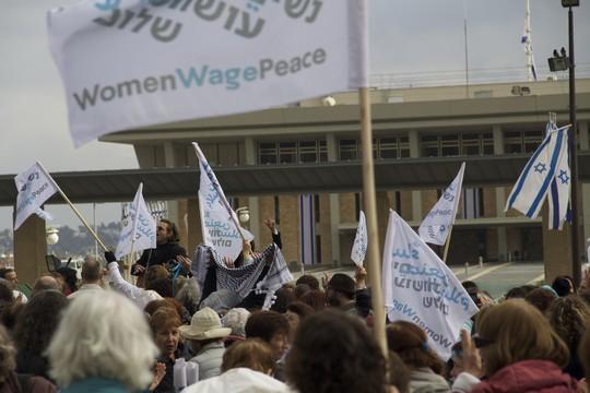 אלפי נשים הפגינו מול הכנסת ודרשו הסכם מדיני (צילום: מאיה וספי-להק)