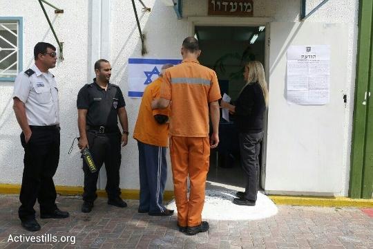 אסירים מצביעים בקלפי בכלא מעשיהו (אורן זיו / אקטיבסטילס)