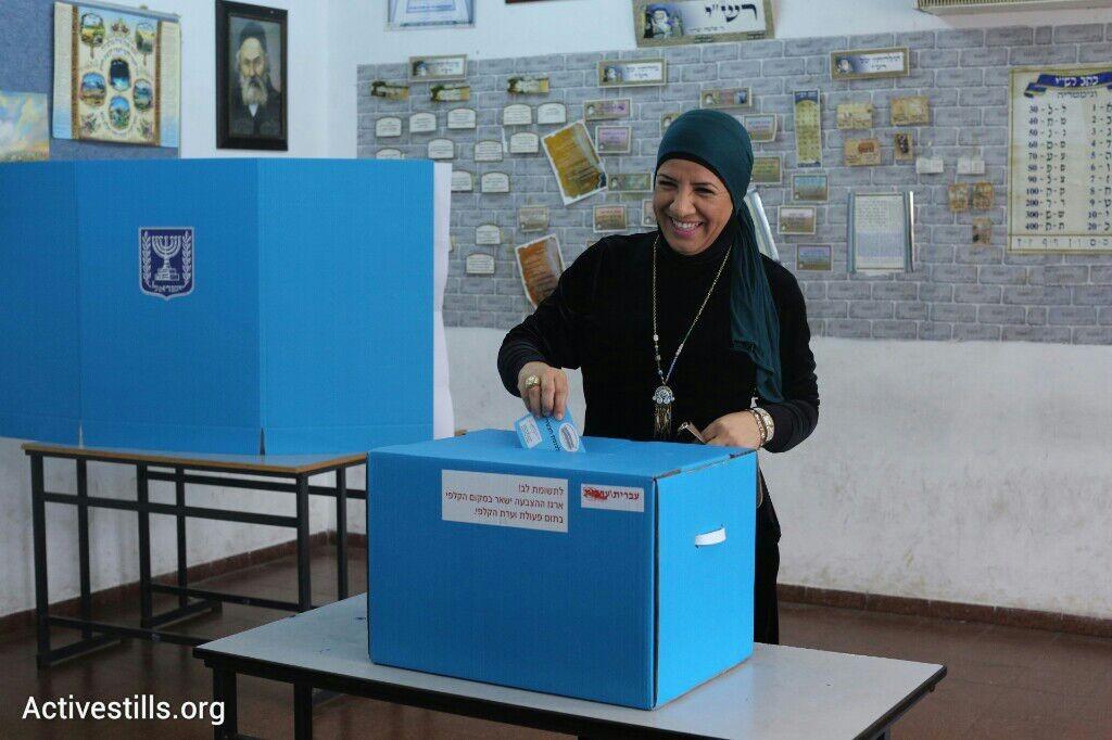 האם במדינת גברים ייתכן שוויון לנשים? מצביעה בבחירות לכנסת ה-20, קלפי ברמלה (אורן זיו / אקטיבסטילס)