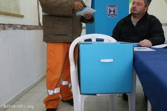 אסיר מצביע בקלפי בכלא מעשיהו (אורן זיו / אקטיבסטילס)