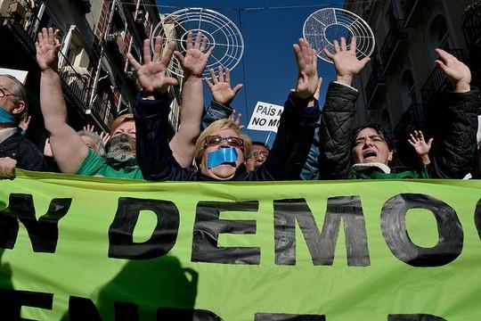 """הפגנה נגד """"חוק ההשתקה"""", מדריד  (Adolfo Lujan / DISO Press, CC BY-NC-ND 2.0)"""