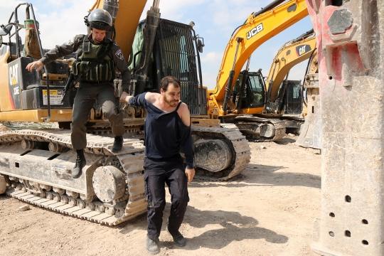 שוטרים עוצרים מפגין באבו דיס (אחמד א-באז / אקטיבסטילס)