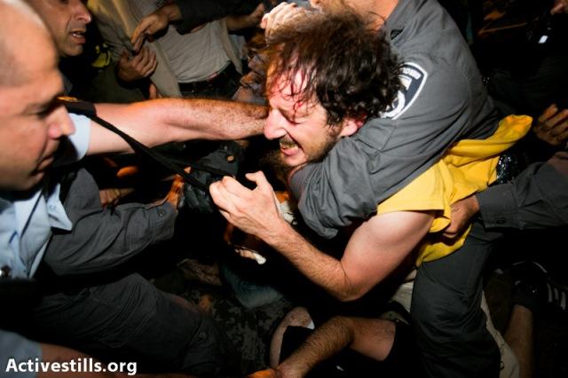 אלימות משטרתית כלפי אלי בהפגנה סמוך לביתו של שר האנרגיה והמים היוצא , סילבן שלום. צילום: יותם רונן |אקטיבסטילס