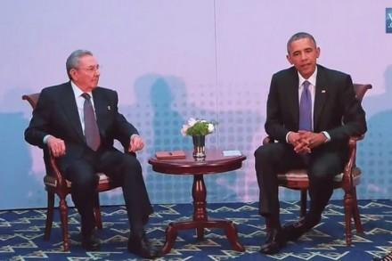 הפגישה ההיסטורית בין נשיא ארצות הברית ברק אובמה, לנשיא קובה ראול קסטרו (צילום: הבית הלבן)