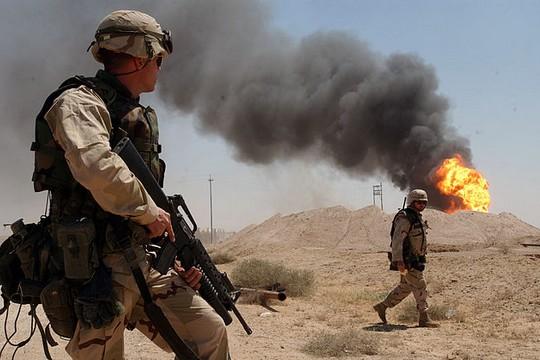 חיילים אמריקאים ליד באר נפט בוערת, עיראק, 2003 (חיל הים האמריקאי)