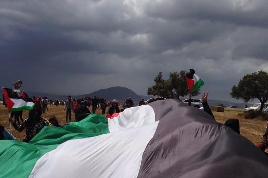 הדגל הענק שקיבלנו מוועד המאבק נגד גדר ההפרדה בבלעין (סמאח סלאימה)