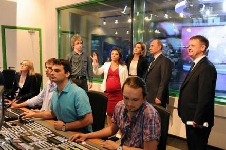 """ולדימיר פוטין מבקר בחדר הקונטרול של ערוץ החדשות """"רוסיה היום"""" (צילום: הקרמלין)"""