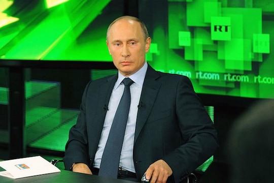 """ולדימיר פוטין באולפן של """"רוסיה היום"""" (צילום: הקרמלין)"""