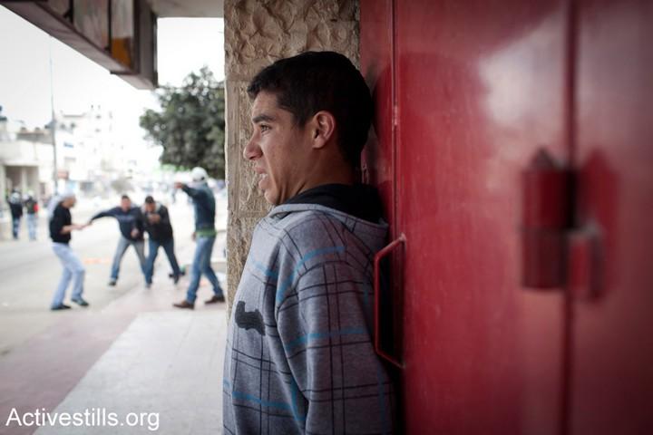 צעיר פלסטיני נלכד בהתנגשויות בין חיילים ישראלים לפלסטינים שזורקים אבנים (אקטיבסטילס)