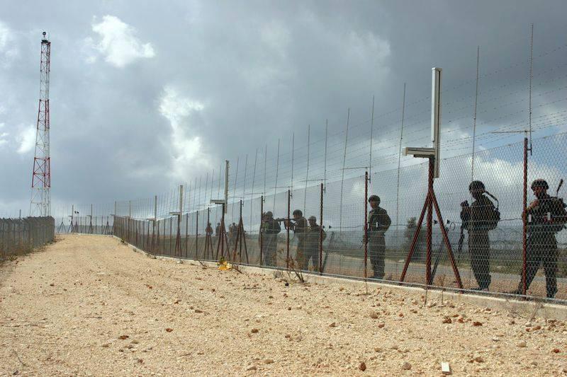 חיילים על הגדר, בלעין (צילום: הייתאם חטיב)