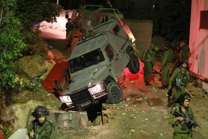 ג'יפ צבאי נפל לבור בכביש במהלך פשיטה לילית על הכפר בלעין (צילום: הייתאם חטיב)