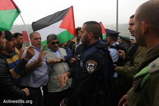"""השר ואליד עסאף בין עשרות פלסטינים שהפגינו מול """"מרתון התנ""""ך הראשון"""" בשטחים הכבושים (אורן זיו/אקטיבסטילס)"""