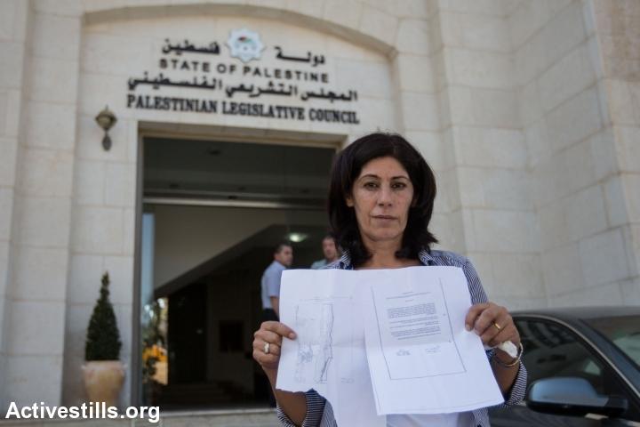 ח'אלדה ג'ראר, חברה במועצה המחוקקת הפלסטינית מחזיקה את צו הגירוש שקיבלה במהלך פשיטה אל ביתה שברמאללה, בו היא מצווה לעזוב לתקופה בלתי מוגבלת ליריחו. ג'ראר היא פעילה למען אסירים פוליטיים וכן ממנהיגות המובילות בחזית העממית לשחרור פלסטין. 20 באוגוסט 2014.