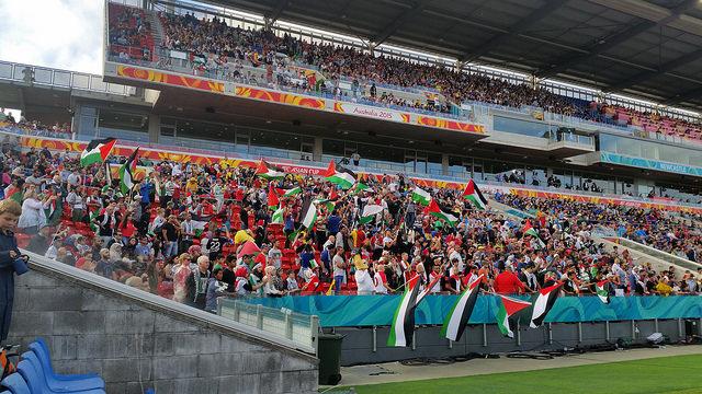 אוהדי נבחרת פלסטין במשחקי גביע אסיה (Danny J. Palmer CC BY-NC 2.0)