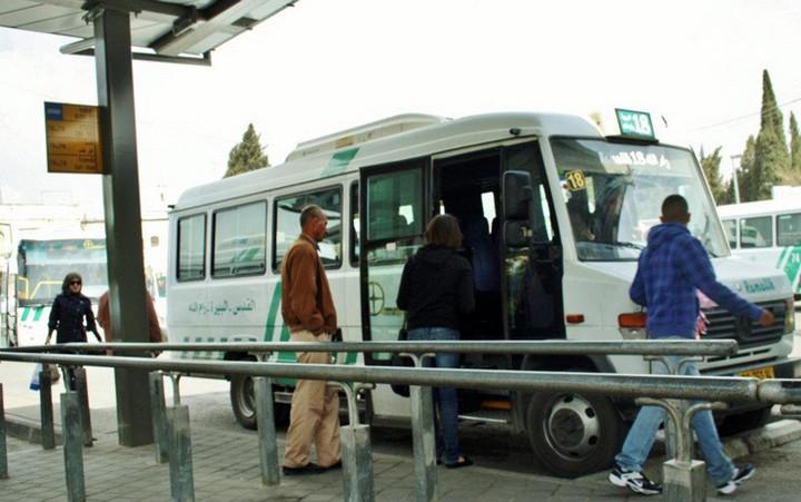 נוסעים עולים על האוטובוס לרמאללה בתחנת המרכזית הפלסטינית במזרח ירושלים (צילום:Anthony Baratier/CC)