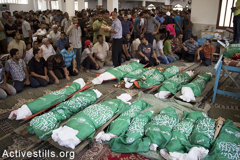 הלווית 26 בני משפחת אבו ג׳מעה שנהרגו בהפצצות ישראליות יום קודם לכן, חאן יונס, רצועת עזה, 21 יולי, 2014. באסל יאזורי / אקטיבסטילס
